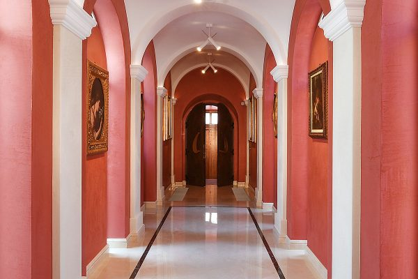 cherasco-corridoio-rose-red-stradivari-design-bodino-architect-renovation